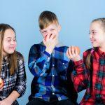 [:en]children eating apples[:]